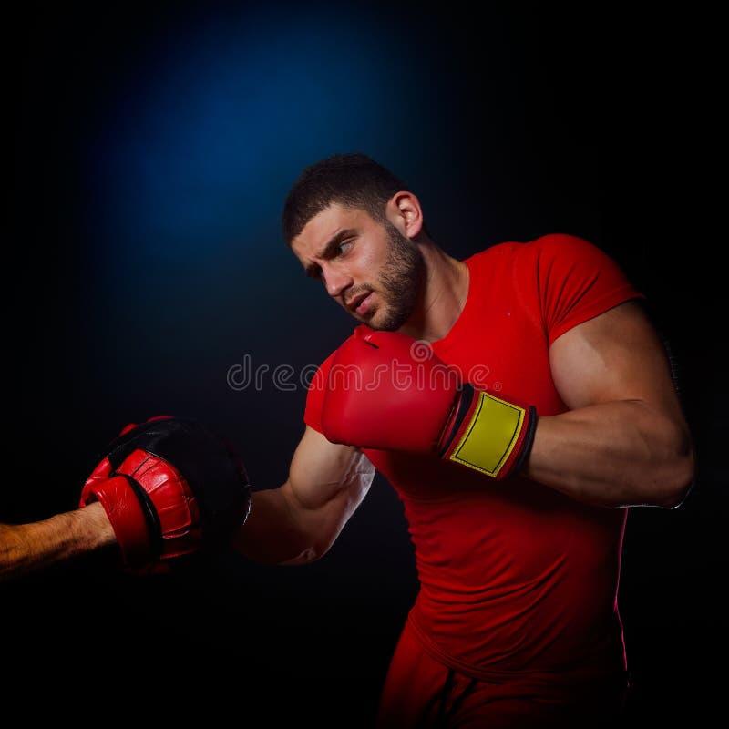 Download Entraîneur Personnel D'homme D'entraîneur Et Homme Exerçant La Boxe Image stock - Image du expression, facial: 56483485