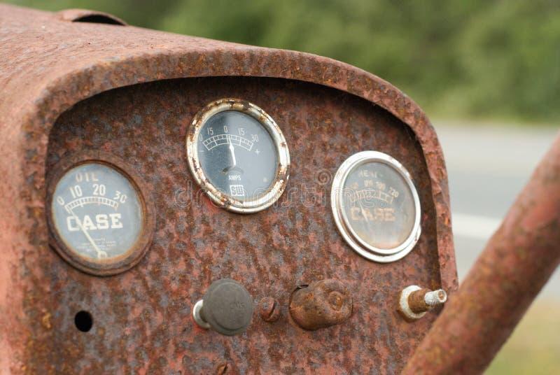 Entraîneur rouillé s'oxydant sur le bord de la route image libre de droits