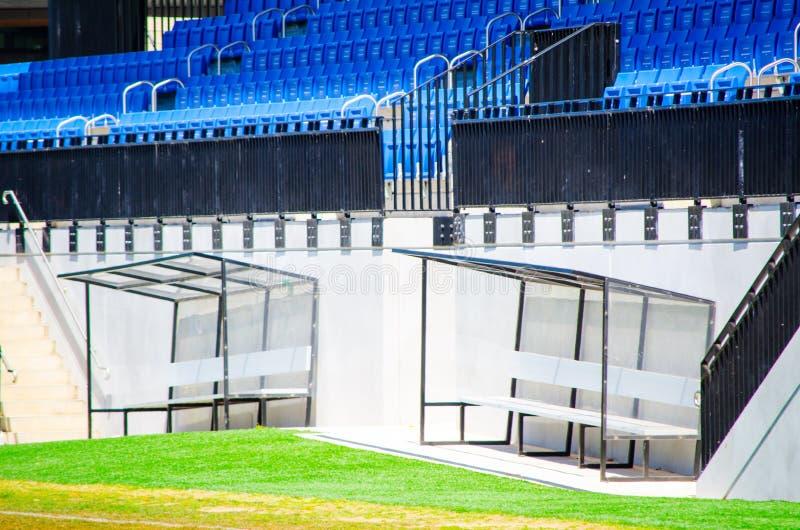 Entraîneur Seat du football près du champ dans le stade de sports photographie stock