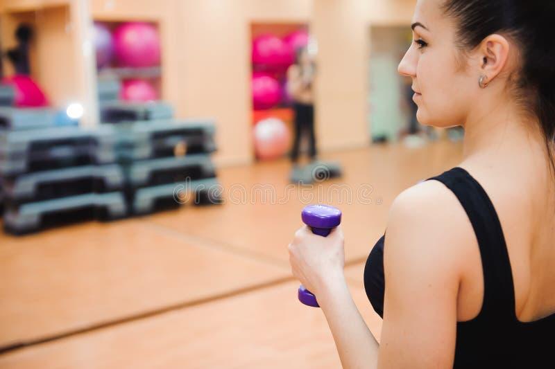 Entraîneur sportif de femme faisant la classe aérobie avec des steppers Concept de sport et de santé photographie stock