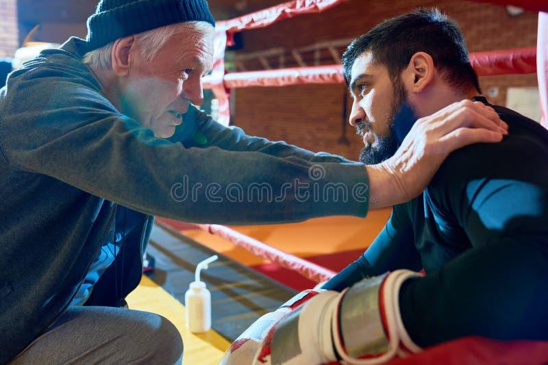Entraîneur supérieur Motivating Young Fighter photos libres de droits