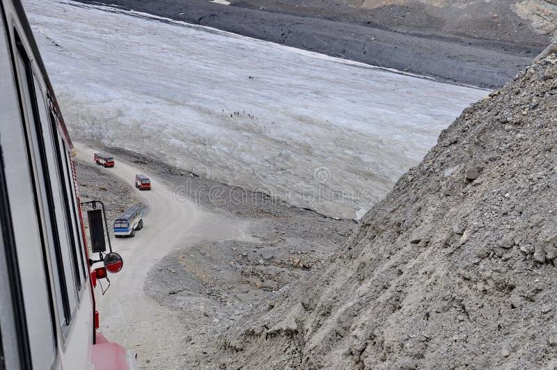 Entraîneurs de Snow d'explorateur de glace sur le glacier d'Athabasca images stock