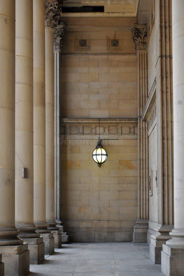 Entrace del municipio di Leeds con le colonne di pietra e la lampada vittoriana fotografie stock libere da diritti