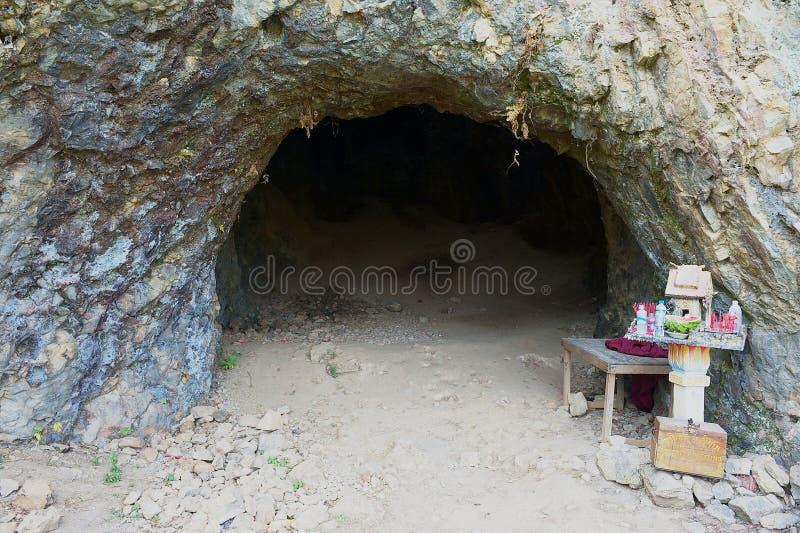 A entrada à caverna antiga do crematório na planície dos frascos situa #1 em Phonsavan, Laos fotos de stock