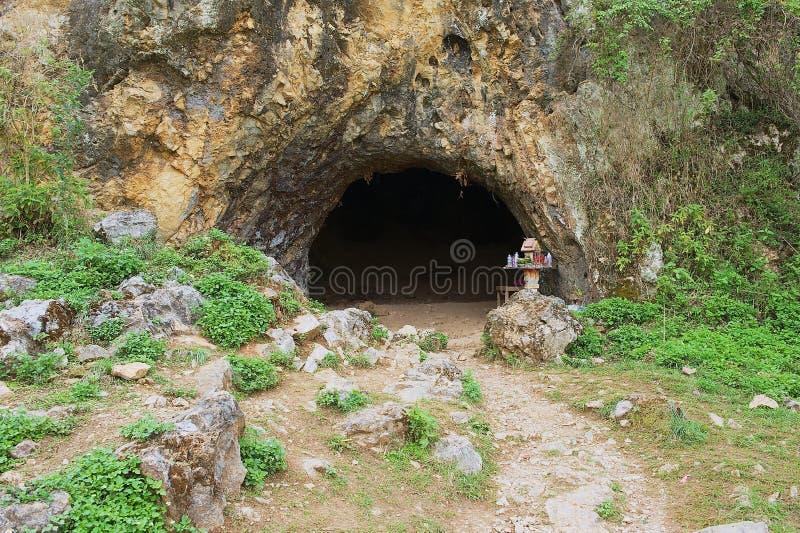 A entrada à caverna antiga do crematório na planície dos frascos situa #1 em Phonsavan, Laos fotografia de stock