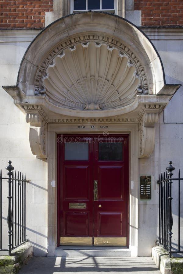 Entrada à escadaria com uma grande viseira do emplastro sob a forma de um escudo imagem de stock royalty free