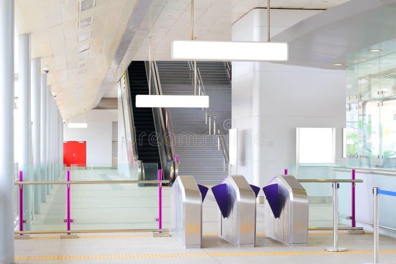 A entrada à estação de metro com placa do sinal imagem de stock