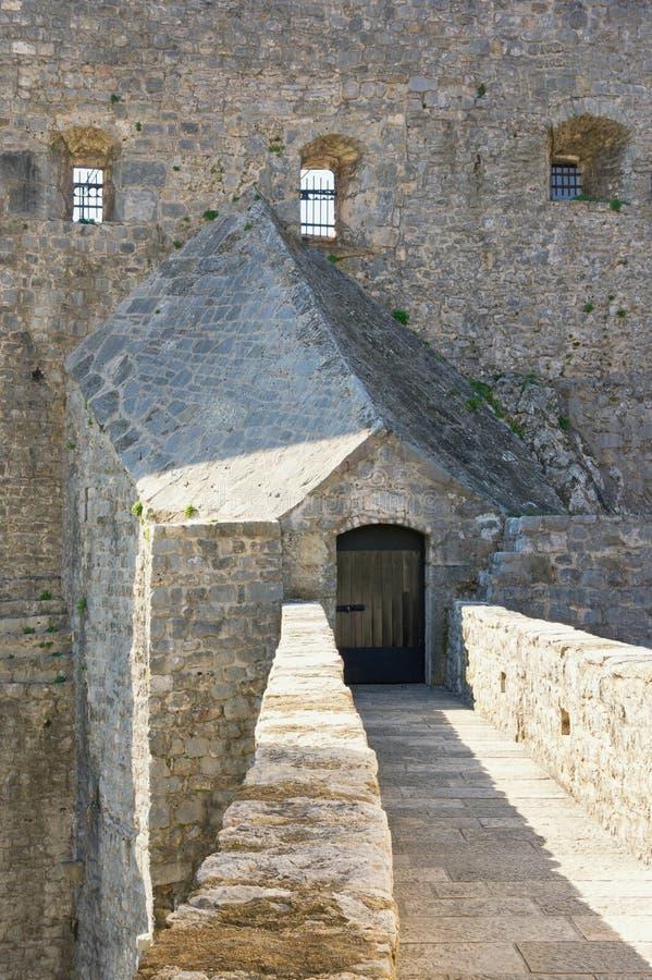 Entrada à fortaleza antiga da fortaleza do mar Cidade velha de Herceg Novi, Montenegro imagem de stock royalty free