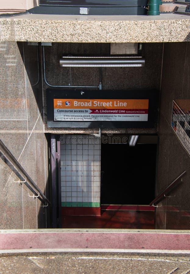 Entrada à linha famosa cidade Philadelphfia da rua larga do metro no centro imagem de stock