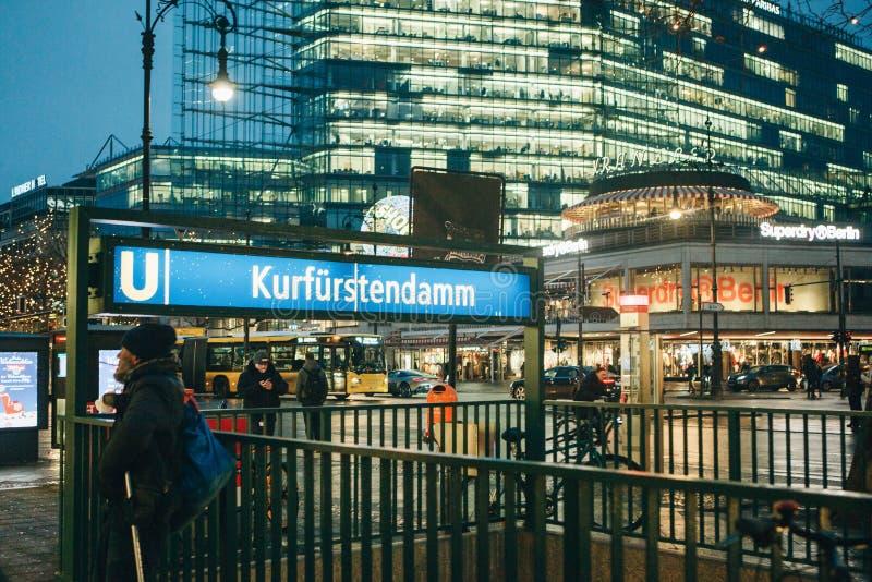 Entrada à passagem subterrânea à estação de metro em Berlim em Alemanha imagens de stock royalty free