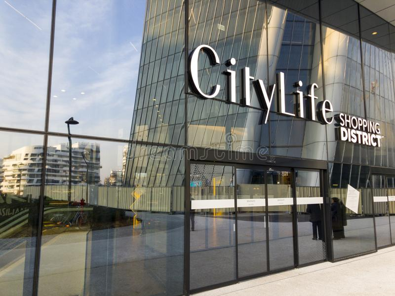 Entrada à vida urbana, o distrito novo de Milão, uma compra e centro de negócios criados na feira velha da exposição no centro fotografia de stock royalty free