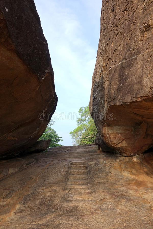 Entrada às ruínas antigas de Vessagiriya imagens de stock