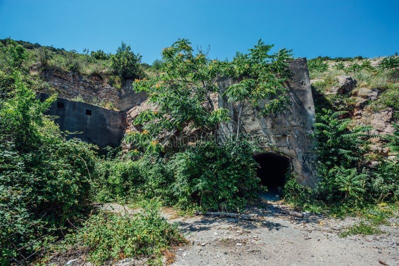 Entrada abandonada y demasiado grande para su edad a la construcción subterráneo fotografía de archivo libre de regalías