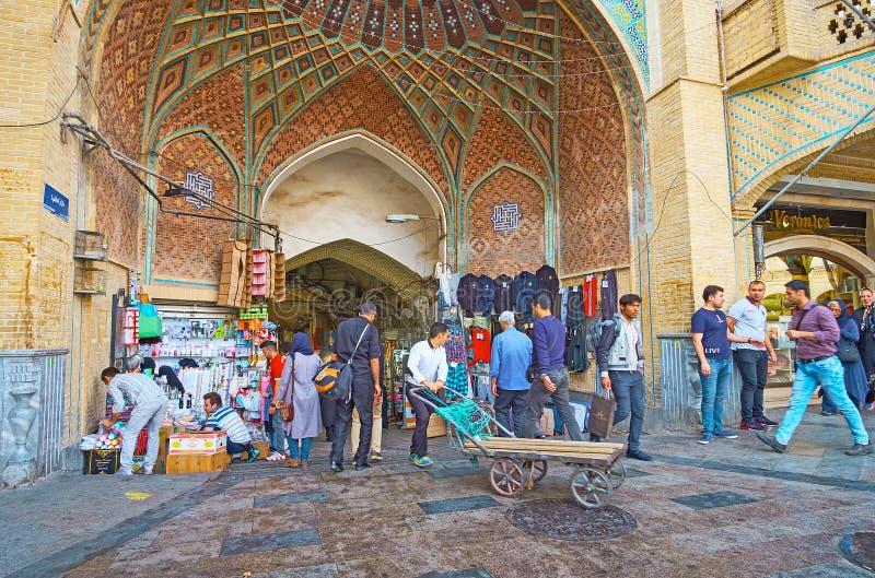 Entrada aglomerada ao bazar grande de Tehran fotografia de stock