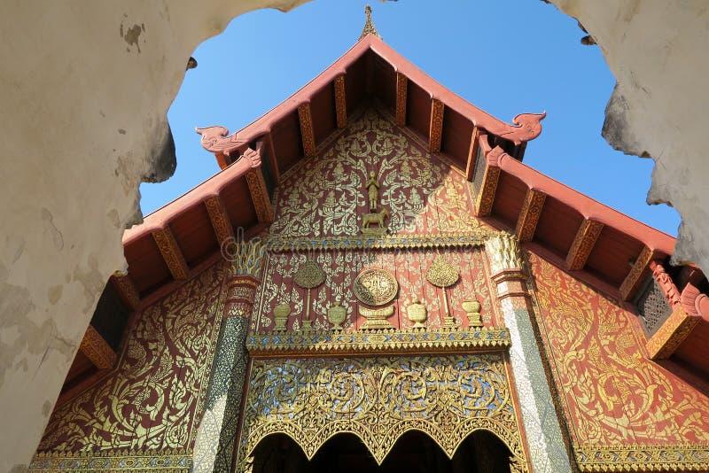 Entrada agradable a un templo de madera en Tailandia fotos de archivo libres de regalías