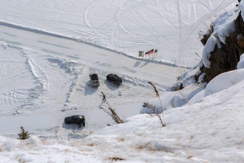 Entrada al camino en el hielo del invierno el lago Baikal imagen de archivo