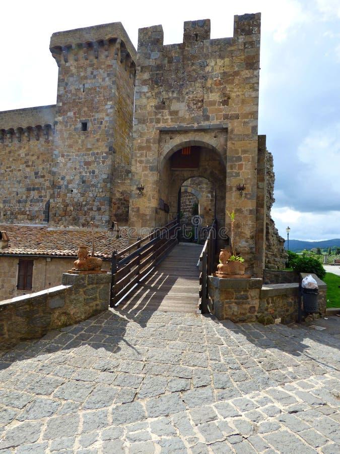 Entrada al castillo en Bolsena foto de archivo