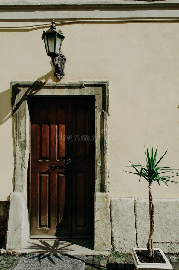 Entrada al edificio con una puerta vieja fotografía de archivo libre de regalías