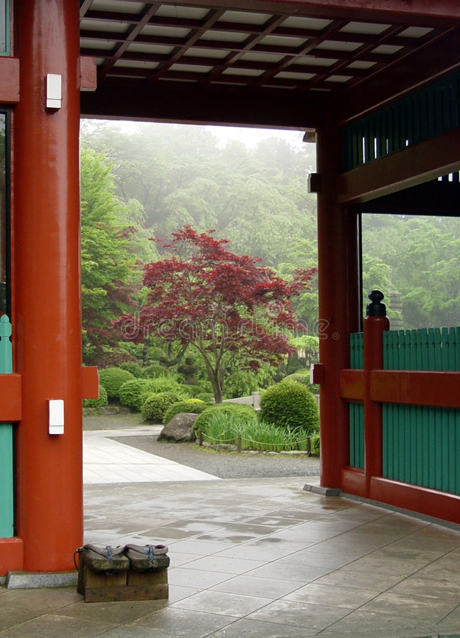 Entrada al jardín japonés en Tokio fotos de archivo