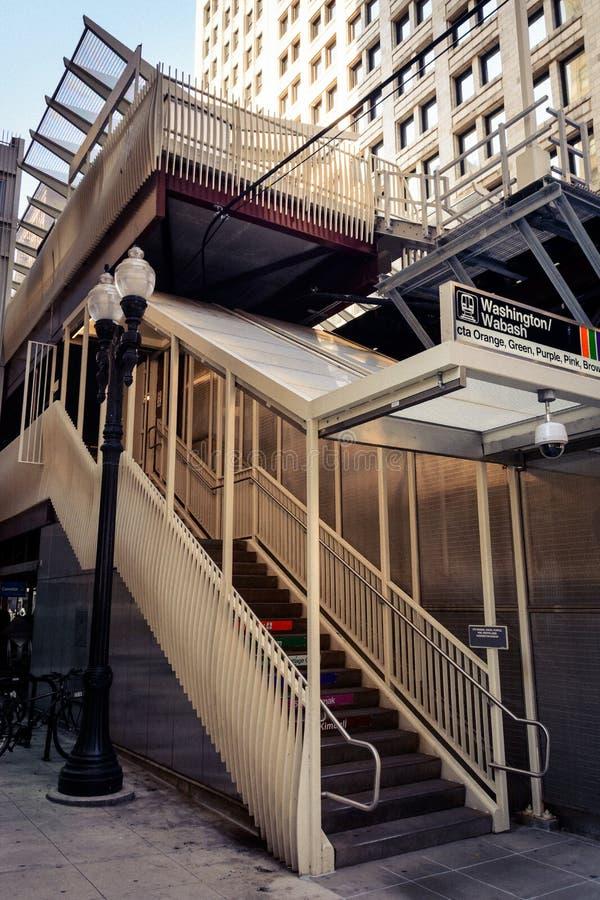 Entrada al ` L `, Chicago - escalera encendida imagenes de archivo