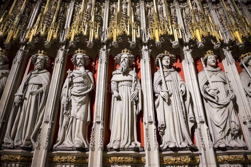 Entrada al mano de papel en la iglesia de monasterio de York, Reino Unido, ofreciendo el statu de piedra imagenes de archivo