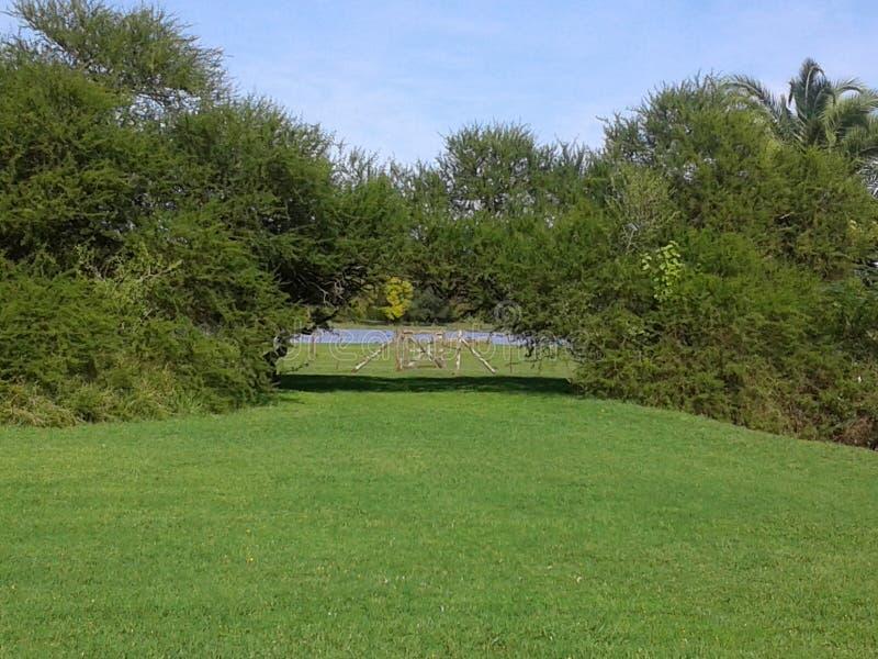 Entrada al parque y a la laguna imágenes de archivo libres de regalías