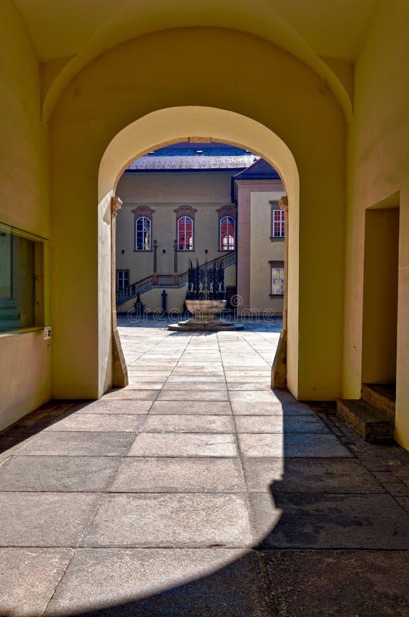 Entrada al patio viejo de ayuntamiento en Brno. fotografía de archivo libre de regalías