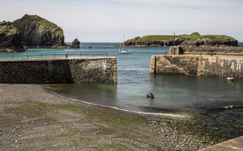 Entrada al puerto en la ensenada del parteluz en Cornualles en Inglaterra fotografía de archivo