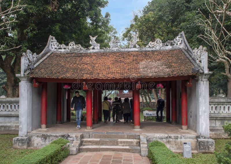 Entrada al segundo patio, templo de la literatura, Hanoi, Vietnam imagen de archivo
