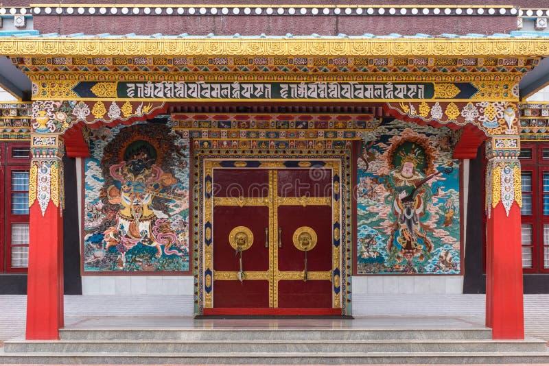 Entrada al templo de Zangdog Palri, monasterio budista de Namdroling, fotos de archivo