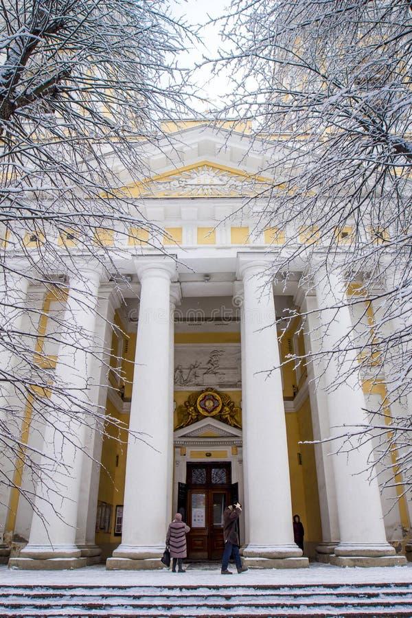 Entrada a Alexander Nevsky Lavra, una iglesia de Blagoveschenskaya con las columnas blancas en St Petersburg, Rusia imagen de archivo