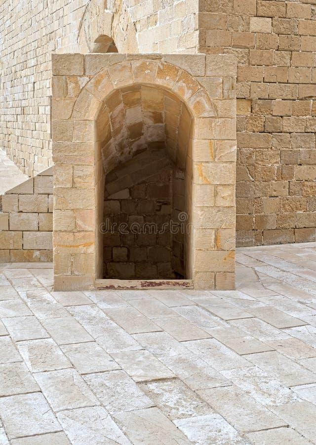 Entrada antiga da cripta, parede de pedra dos tijolos e assoalho de pedra telhado imagem de stock