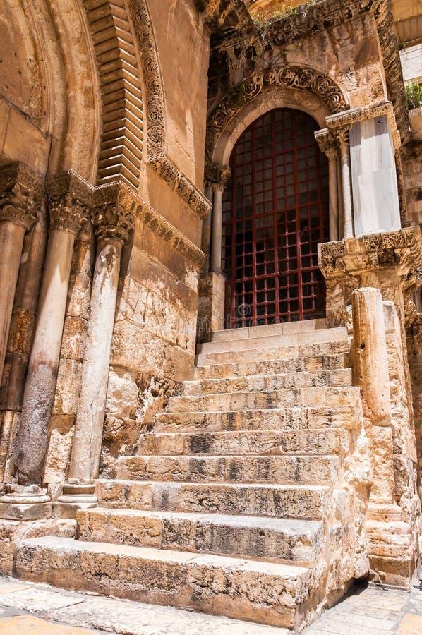 Entrada antigua con las altas escaleras de piedra que llevan para localizar de la crucifixión dentro del complejo de la iglesia d imagen de archivo