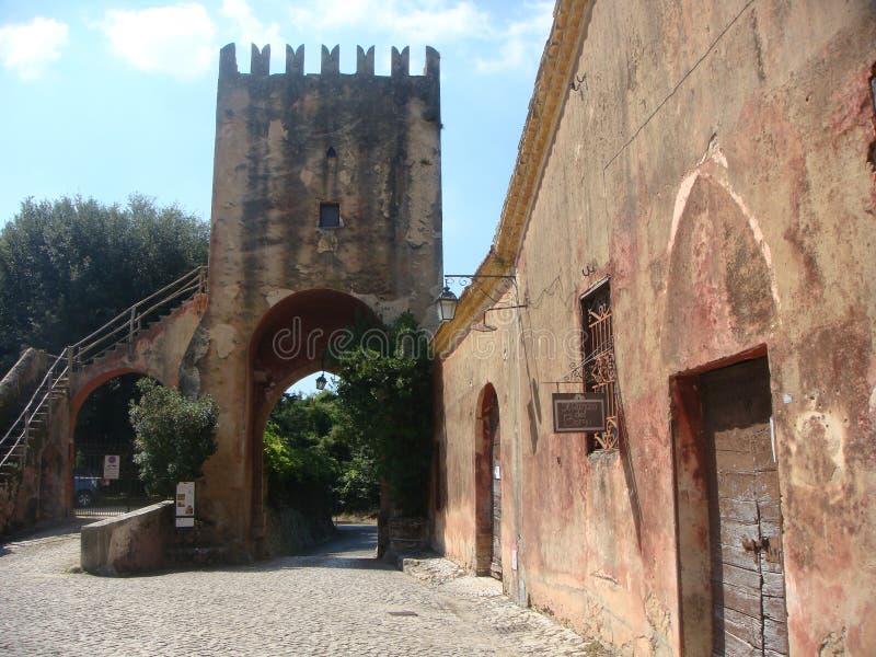 Entrada antigua que trae a la abadía de Fossanova en el Latium en Italia imágenes de archivo libres de regalías