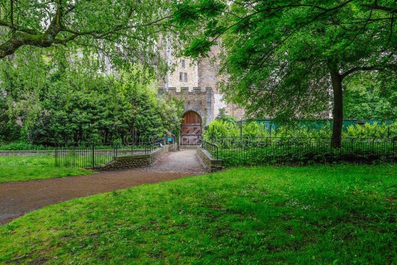 Entrada ao castelo de Cardiff com a porta de madeira do abraço fotos de stock royalty free