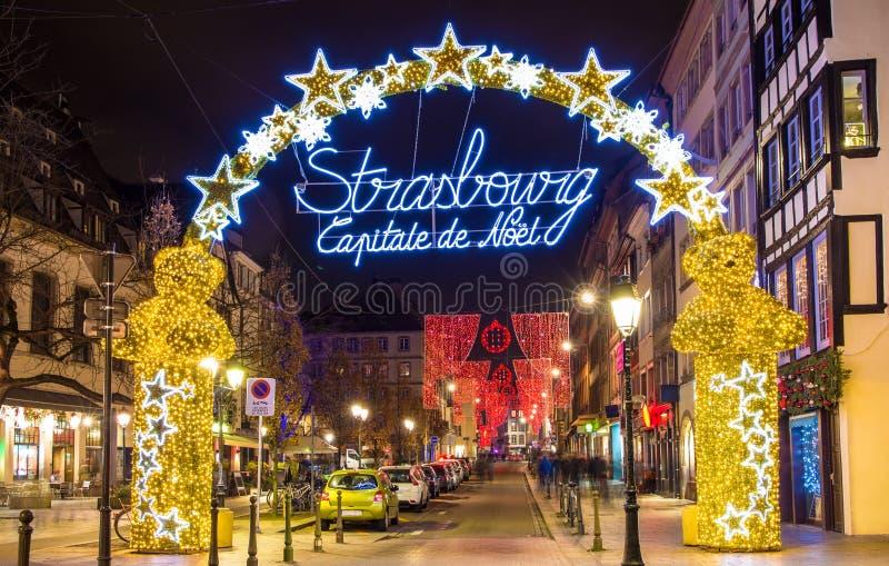 Entrada ao centro da cidade de Strasbourg no Natal fotografia de stock royalty free