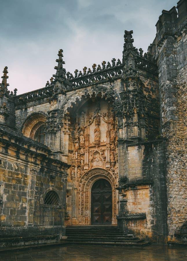 Entrada ao convento do século XII de Tomar no estilo Tomar de Manueline, Portugal - referência do patrimônio mundial do UNESCO: 2 imagens de stock royalty free