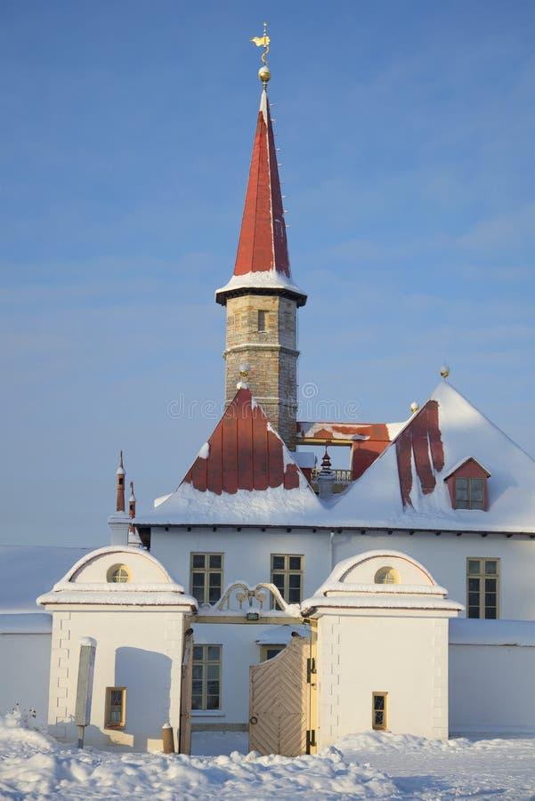 A entrada ao dia de inverno ensolarado do palácio do convento Gatchina, Rússia foto de stock