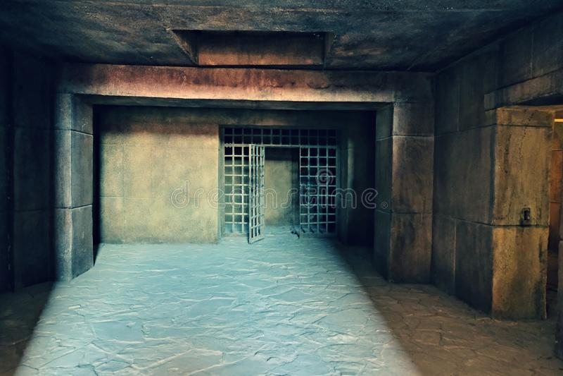 A entrada ao Dungeon escuro com as paredes de grandes blocos de cimento e um teto do concreto reforçado monolítico, feito no imagem de stock royalty free