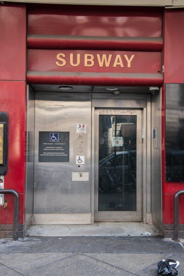 Entrada ao elevador deficiente para a estação de metro dos septos fotografia de stock royalty free