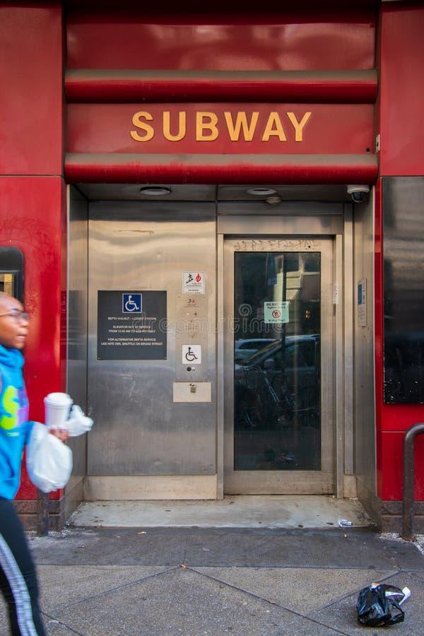 Entrada ao elevador deficiente para a estação de metro dos septos fotografia de stock