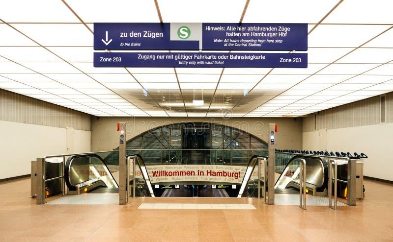 Entrada ao estação de caminhos de ferro do aeroporto de Hamburgo fotos de stock