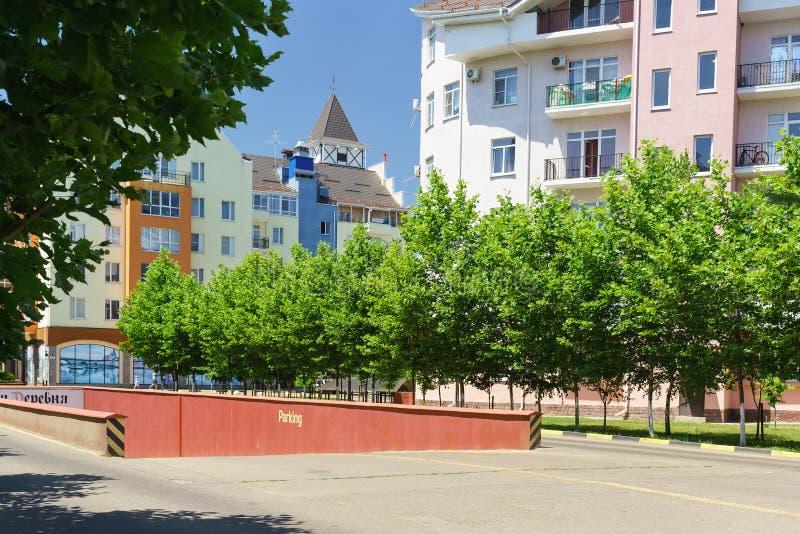 Entrada ao estacionamento subterrâneo na avenida de Goethe da rua no distrito da vila alemão em Krasnodar imagens de stock royalty free