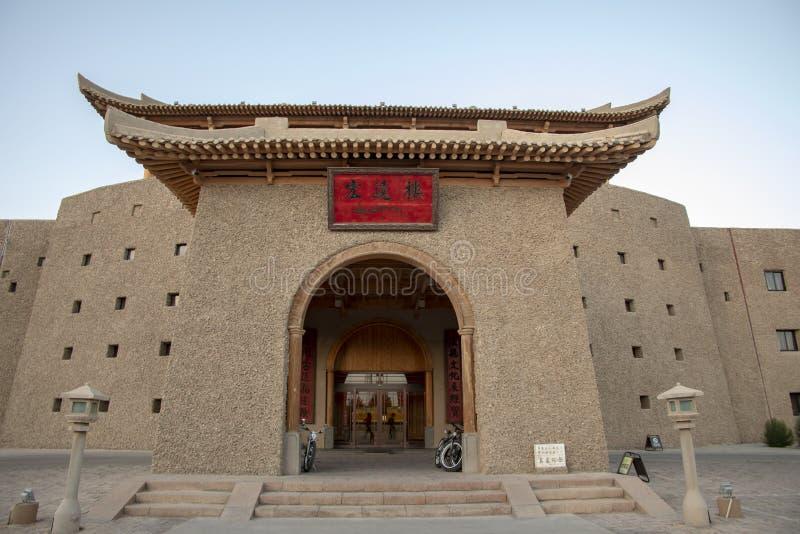 Entrada ao hotel de Dunhuang da Rota da Seda, Gansu, China fotografia de stock