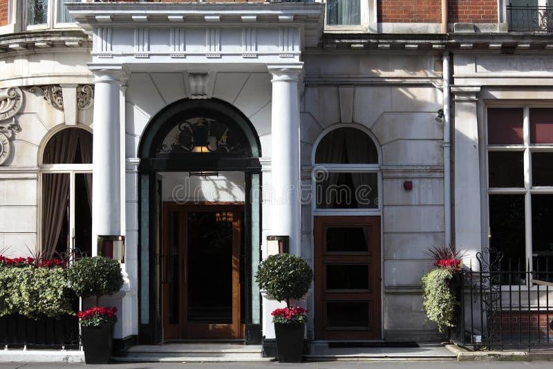 Entrada ao hotel de luxo pequeno em Londres fotos de stock