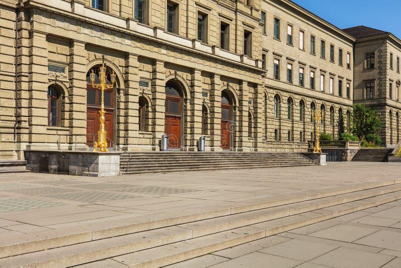 Entrada ao Instituto de Tecnologia federal suíço em Zurique foto de stock