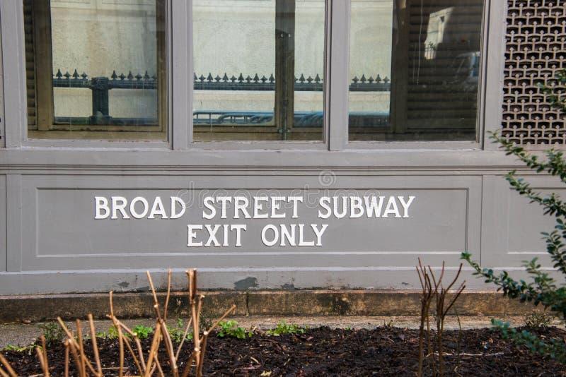 Entrada ao metro famoso da rua larga situado no pátio da câmara municipal em Philadelphfia foto de stock
