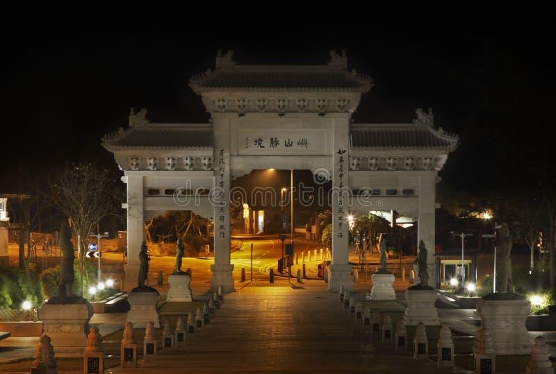 Entrada ao monastério do po lin Ilha de Lantau Hon Kong China imagens de stock royalty free