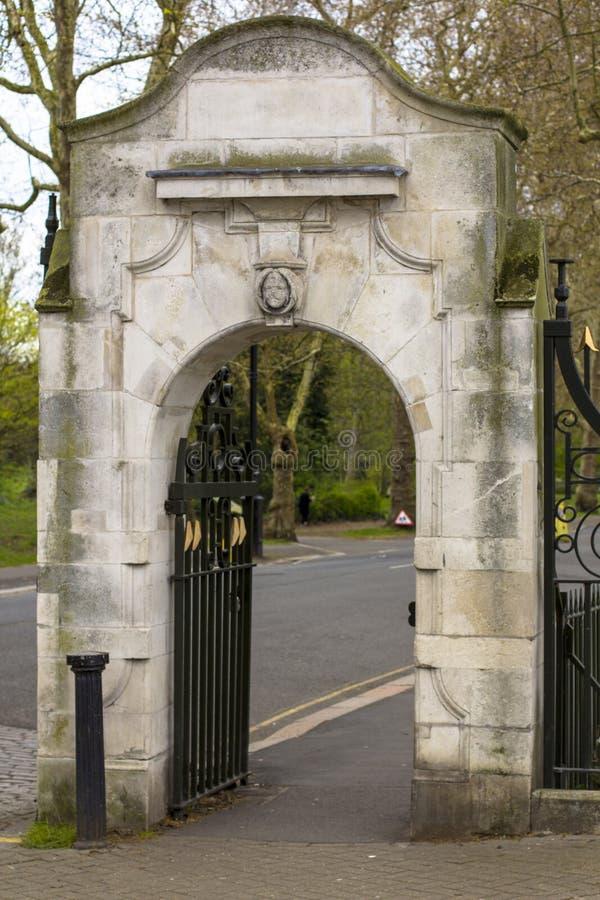 Entrada ao parque de Battersea Porta de pedra do vintage Londres, Gr? Bretanha foto de stock royalty free