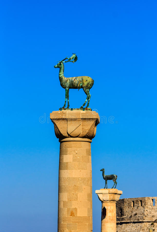 A entrada ao porto de Mandraki com os dois cervos na cidade velha de Rhodes Island, Grécia imagem de stock